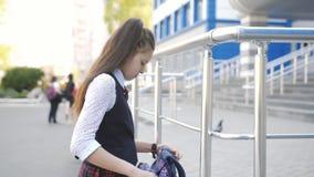 Λυπημένο επιστροφής σπίτι κοριτσιών γυμνασίου από το σχολείο Ο έφηβος μαθητριών ρίχνει το σακίδιο πλάτης στον ώμο του και περπατά απόθεμα βίντεο