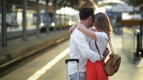 Λυπημένο ερωτευμένο χάδι νεαρών άνδρων και ρητό αντίο στη φίλη του στο σιδηροδρομικό σταθμό πρίν αναχωρεί την ηλιόλουστη ημέρα φιλμ μικρού μήκους