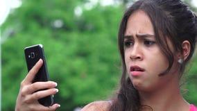 Λυπημένο θηλυκό κινητό τηλέφωνο εφήβων απόθεμα βίντεο