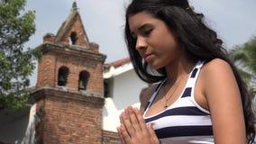 Λυπημένο ισπανικό κορίτσι εφήβων στην εκκλησία φιλμ μικρού μήκους