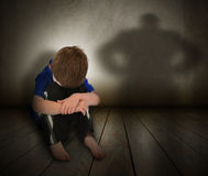 Λυπημένο κακομεταχειρισμένο αγόρι με τη σκιά θυμού Στοκ εικόνα με δικαίωμα ελεύθερης χρήσης