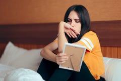 Λυπημένο καταθλιπτικό κορίτσι που φωνάζει μετά από την πλαισιωμένη εκμετάλλευση εικόνα αποσύνθεσης στοκ φωτογραφίες