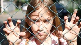 Λυπημένο καταθλιπτικό παιδί εγκαταλειμμένο, δυστυχισμένο περιπλανώμενο ορφανό να φανεί παιδιών κοριτσιών κάμερα απόθεμα βίντεο