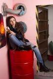 λυπημένο καταφύγιο που κάθεται την υπόγεια γυναίκα στοκ φωτογραφία