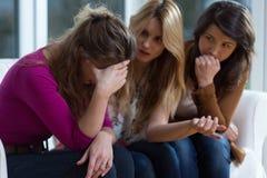 Λυπημένο κορίτσι και ενισχυτικοί φίλοι στοκ εικόνες