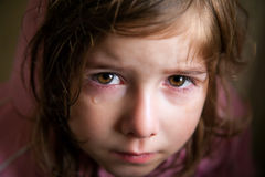 Λυπημένο κορίτσι με ένα δάκρυ κροκοδείλων στοκ εικόνες