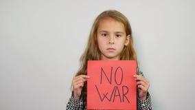 Λυπημένο κορίτσι που κρατά το κόκκινο έγγραφο με το σύνθημα κανένας πόλεμος φιλμ μικρού μήκους