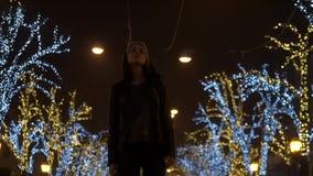 Λυπημένο κορίτσι που χορεύει στην οδό νύχτας απόθεμα βίντεο