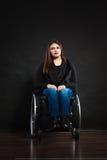 Λυπημένο κορίτσι στην αναπηρική καρέκλα Στοκ φωτογραφία με δικαίωμα ελεύθερης χρήσης