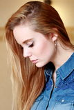Λυπημένο κορίτσι στο σχεδιάγραμμα, τρίχες διάδοσης, σε ένα πουκάμισο τζιν Στοκ φωτογραφία με δικαίωμα ελεύθερης χρήσης