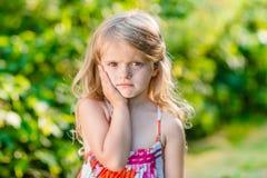 Λυπημένο μικρό κορίτσι με τα μακριά ξανθά μαλλιά που πάσχουν από τον πονόδοντο Στοκ Φωτογραφία