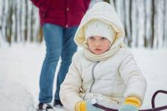Λυπημένο μικρό κορίτσι στην ημέρα χειμερινού χιονιού τοποθετήστε το κείμενο στοκ εικόνες με δικαίωμα ελεύθερης χρήσης