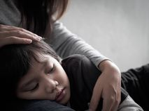 Λυπημένο μικρό παιδί κινηματογραφήσεων σε πρώτο πλάνο που αγκαλιάζεται από τη μητέρα του στο σπίτι στοκ εικόνες με δικαίωμα ελεύθερης χρήσης