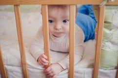 Λυπημένο μωρό στο παχνί Στοκ φωτογραφία με δικαίωμα ελεύθερης χρήσης