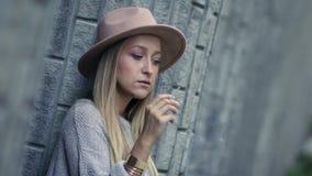 Λυπημένο μόνο τσιγάρο και σκέψη γυναικών καπνίζοντας απόθεμα βίντεο