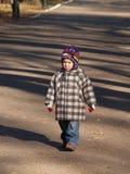 λυπημένο περπάτημα αγοριών Στοκ Εικόνες