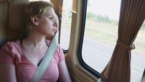 Λυπημένο σκεπτικό οδηγώντας λεωφορείο κοριτσιών και να φανεί έξω παράθυρο απόθεμα βίντεο