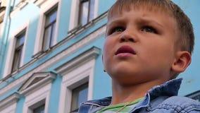 Λυπημένο χαριτωμένο μόνο μικρό παιδί απόθεμα βίντεο