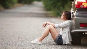 Λυπημένο όμορφο κορίτσι στο δρόμο μετά από το τροχαίο απόθεμα βίντεο