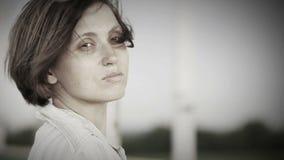 Λυπημένο όμορφο πορτρέτο γυναικών στη θυελλώδη οδό φιλμ μικρού μήκους