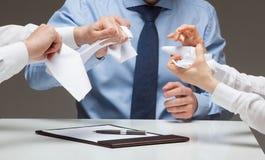Λυσσασμένα έγγραφα επιχειρηματιών απάνθρωπα Στοκ Φωτογραφία
