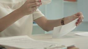 Λυσσασμένο έγγραφο γυναικών απόθεμα βίντεο