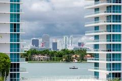 ΛΦ του Μαϊάμι, άποψη ΑΜΕΡΙΚΑΝΙΚΉΣ ημέρας του στο κέντρο της πόλης Μαϊάμι από το Μαϊάμι Μπιτς στοκ εικόνες με δικαίωμα ελεύθερης χρήσης