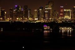 ΛΦ του Μαϊάμι, άποψη ΑΜΕΡΙΚΑΝΙΚΉΣ νύχτας του στο κέντρο της πόλης Μαϊάμι από το Μαϊάμι Μπιτς στοκ εικόνες