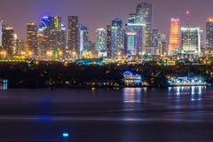 ΛΦ του Μαϊάμι, άποψη ΑΜΕΡΙΚΑΝΙΚΉΣ νύχτας του στο κέντρο της πόλης Μαϊάμι από το Μαϊάμι Μπιτς στοκ φωτογραφία