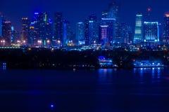 ΛΦ του Μαϊάμι, άποψη ΑΜΕΡΙΚΑΝΙΚΉΣ νύχτας του στο κέντρο της πόλης Μαϊάμι από το Μαϊάμι Μπιτς στοκ εικόνα