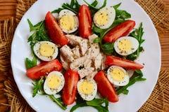 Λωρίδα κοτόπουλου, ντομάτες, αυγά ορτυκιών και σαλάτα arugula Υγιής και ικανοποιώντας τη σαλάτα για το μεσημεριανό γεύμα ή το γεύ Στοκ εικόνα με δικαίωμα ελεύθερης χρήσης