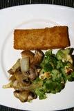Λωρίδα ψαριών με τα λαχανικά, κρεμμύδια, μπρόκολο, μανιτάρια, τυρί Στοκ Εικόνες