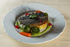 Λωρίδα ψαριών με τα λαχανικά στοκ εικόνες