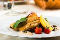 Λωρίδα ψαριών που τηγανίζεται στο sause με τα λαχανικά στοκ φωτογραφία με δικαίωμα ελεύθερης χρήσης