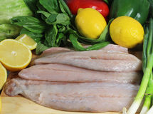 Λωρίδες των ψαριών Barramundi με τα λεμόνια στοκ φωτογραφίες