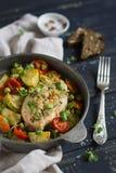 Λωρίδα κοτόπουλου με crumbs ψωμιού και τα ψημένα λαχανικά Στοκ Φωτογραφίες