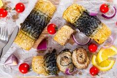 Λωρίδα του σκουμπριού στους ρόλους, ντομάτες και φέτες λεμονιών Στοκ φωτογραφία με δικαίωμα ελεύθερης χρήσης