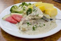 Λωρίδα ψαριών με τη σάλτσα άνηθου, το brokkoli και τις βρασμένες πατάτες Στοκ Εικόνες