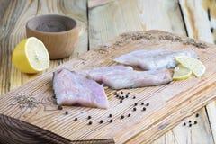 Λωρίδα ψαριών με το λεμόνι και τα καρυκεύματα Στοκ Εικόνες
