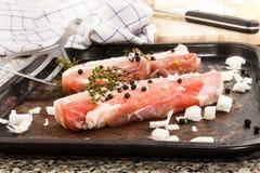 Λωρίδες κοιλιών χοιρινού κρέατος με το θυμάρι σε έναν παλαιό ψήνοντας δίσκο Στοκ φωτογραφία με δικαίωμα ελεύθερης χρήσης