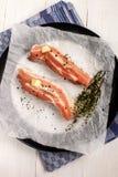 Λωρίδες κοιλιών χοιρινού κρέατος με το συντριμμένο peppercorn, θυμαριού και σκόρδου πνεύμα Στοκ Εικόνες