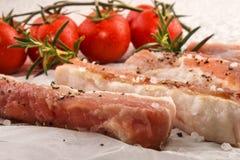 Λωρίδες κοιλιών χοιρινού κρέατος σε άσπρο χαρτί κουζινών Στοκ φωτογραφία με δικαίωμα ελεύθερης χρήσης