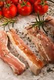 Λωρίδες κοιλιών χοιρινού κρέατος σε άσπρο χαρτί κουζινών Στοκ εικόνα με δικαίωμα ελεύθερης χρήσης