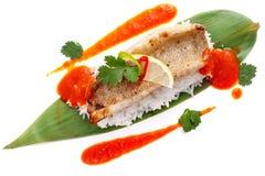 Λωρίδες περκών στα φύλλα μπαμπού με το ρύζι και τη σάλτσα Στοκ φωτογραφία με δικαίωμα ελεύθερης χρήσης