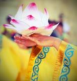 λωτός λουλουδιών που υποστηρίζεται από τα χέρια του νέου ασιατικού χορευτή Στοκ εικόνες με δικαίωμα ελεύθερης χρήσης