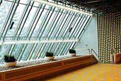 Λόμπι ξενοδοχείων με το μεγάλο τοίχο του γυαλιού Στοκ φωτογραφία με δικαίωμα ελεύθερης χρήσης