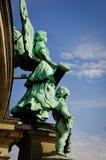 Λόρδος Angel με λίγο γλυπτό αγγέλου στο χρώμα χαλκού Στοκ φωτογραφία με δικαίωμα ελεύθερης χρήσης