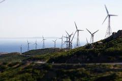 Λόφοι βουνών με τους ανεμοστροβίλους που παράγουν την ηλεκτρική ενέργεια Στοκ φωτογραφία με δικαίωμα ελεύθερης χρήσης