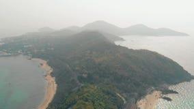 Λόφοι δασονομίας κοντά στον ατελείωτο ωκεανό με παρασύροντα motorboats απόθεμα βίντεο