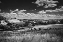 Λόφοι θερινής επαρχίας στη φωτεινή ηλιόλουστη ημέρα στην Ουαλία στοκ εικόνες με δικαίωμα ελεύθερης χρήσης